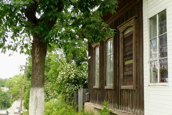 Дома утопают в цветущем жасмине