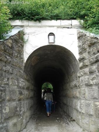 Тоннель ведет к церкви
