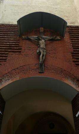 Вход в Армянский квартал украшен распятием.