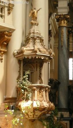Амвон - место для проповедей.