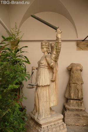Позорный столб с палачом и богиней Фемидой.
