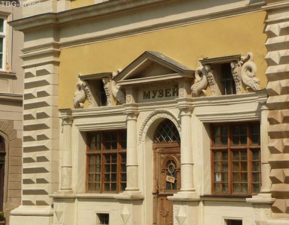 На площади Рынок расположены городские музеи.