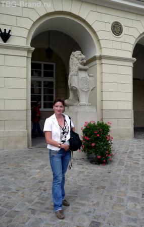 У входа в ратушу.