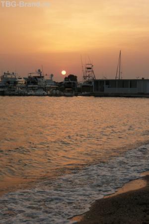 А для меня Греция началась на закате у моря.
