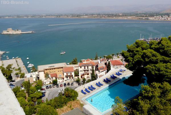 Отель с голубым бассейном...
