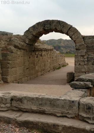Вход на стадион украшен аркой. Сохранилась отлично!
