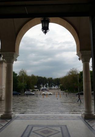 Вид на город Патры из-под сводов собора.