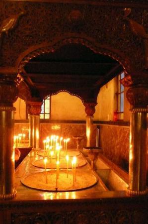 Свечи ставят у входа в собор, а не перед иконами.