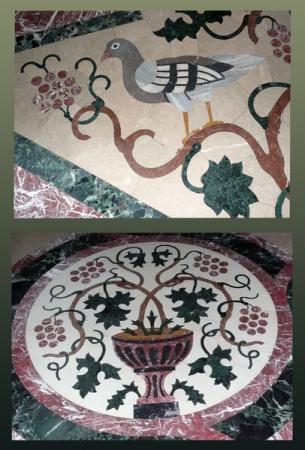 На полу - орнамент в таком же стиле.