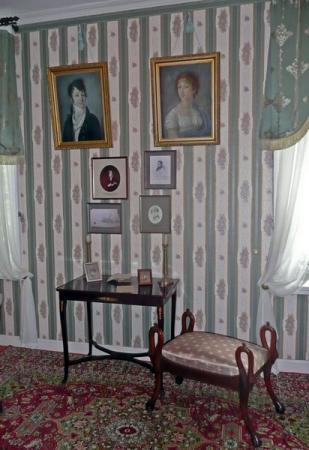 В этой спальне родился М.И. Глинка.  На стене - портреты его матери и отца.