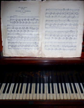 Старинный рояль и ноты.