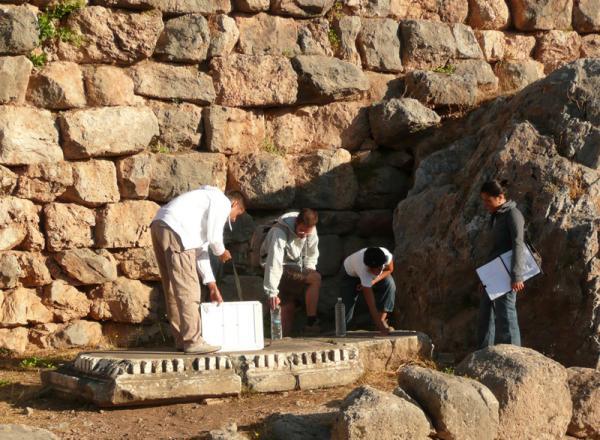 Группа археологов работает в естественных условиях. Папарацци, ау!