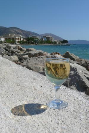 Здесь виноград превращается в белое вино.