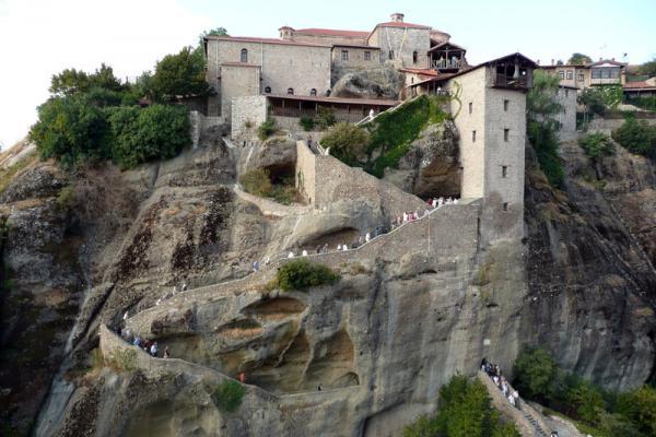 Подъем в мужской монастырь - осилить прорубленные в скале ступени.