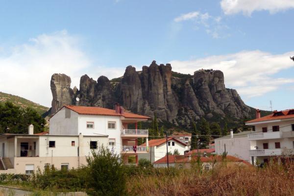 Наконец - городок Каламбака.