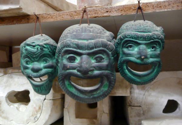 В таких керамических масках играли актеры на сценах амфитеатров...