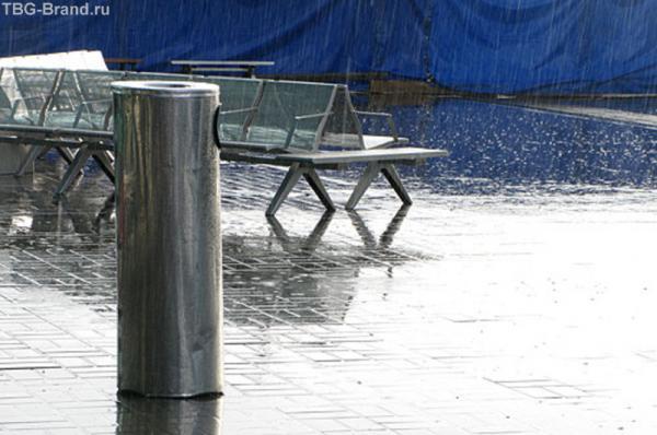 даже в дождливой Москве,  глаз по привычке вылавливал синее