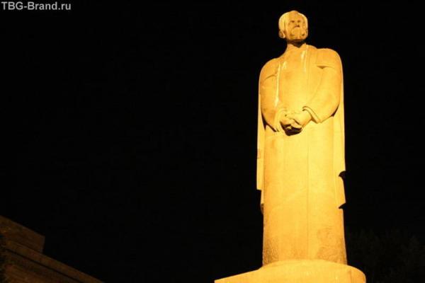 Памятник Тимирязеву – один из символов послереволюционной Москвы. Он был заложен в ноябре 1922 года, спустя всего-навсего пять лет после известного события. Да и место было выбрано отчасти знаковое – здесь раньше стоял дом князя Гагарина, сгоревший как ра