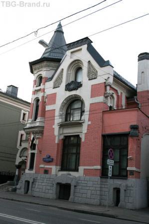 1903 год, архитектор Лев Кекушев.Сейчас в этом здании посольство Египта. Фронтон  дома на Остоженке был увенчан трёхметровой статуей льва, но потом ее сняли.