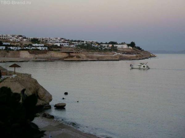 Вид на отель с берега