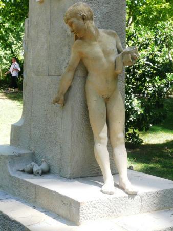 В Ретиро ну очень много скульптур.