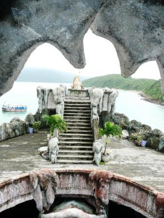 Красивый каменный океанариум