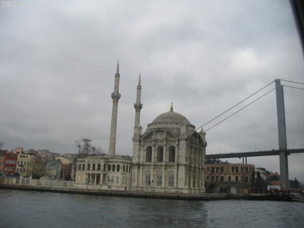 Кусок моста, кусок мечети. Вид с воды потрясающ
