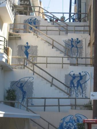 чтобы по лестнице не скучно было идти её разрисовали)
