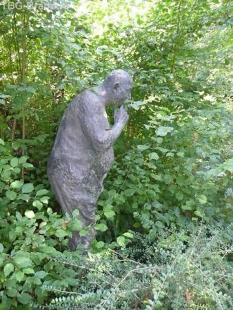 Очередная скульптура на нашем пути. Водяной что-то высматривает в воде