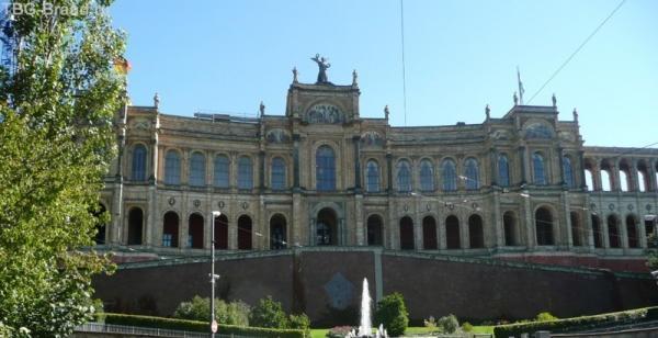 Максимилианеум учреждён королём Максом 2 как элитное учебное заведение в 1876г.C 1949г. здесь заседает парламент (Landtags) Баварии
