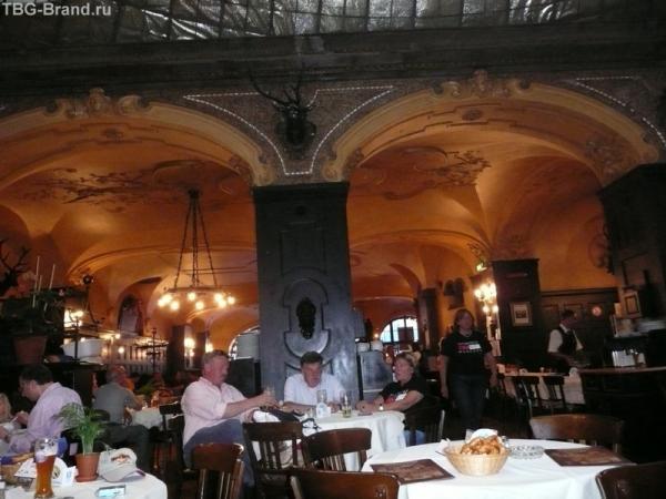 Это место примечательно своим расположением в центре Мюнхена, между двумя главными площадями, и великолепной атмосферой и отменной кухней, завоевавшей уже несколько международных призов.