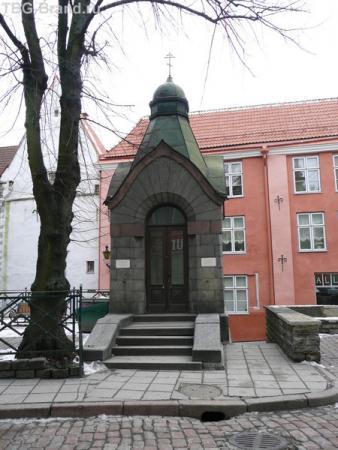 Напротив эстонский первый паб с интересными дверьми на потолке