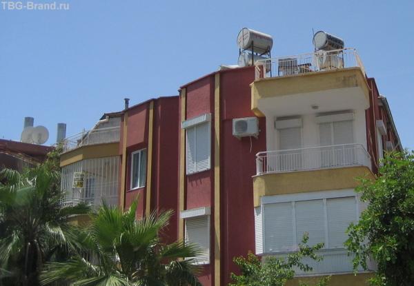на крышах бочки и спутниковые антенны