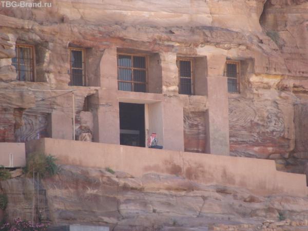 """не все переселились в благоустроенный уют поселка, кое-кто остался... и даже """"окна"""" застеклили..."""