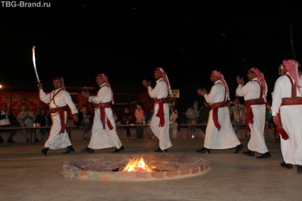 национальные танцы. в большей части упор на движения ногами. мне показались похожими на шотландские. (фотка от Aleksandrina.com)