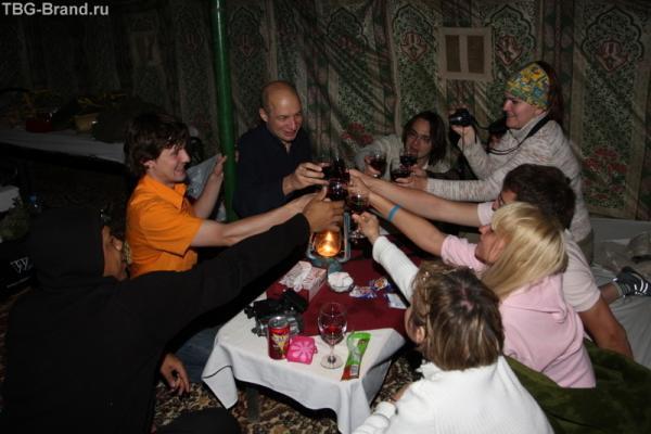 вечером в палатке. Азрак снова вместе. (фотка от Aleksandrina.com)