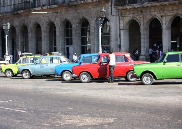 Куба. Выставка советского автопрома. Стоянка такси напротив Капитолия.