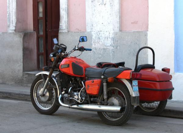 Ижевский мотоцикл на улицах Гаваны