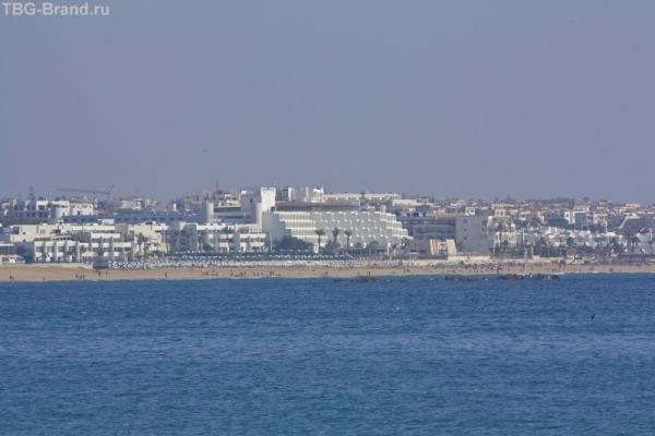Вид на наш отель (белый со ступеньками)