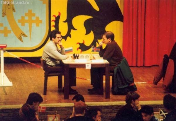 А это я, тогдашний,  слева, играю в одном из турниров во Франции...