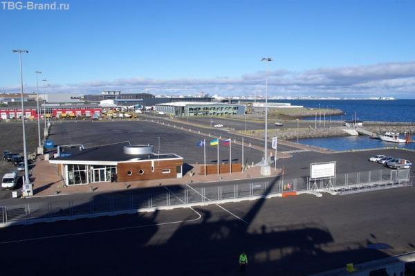 Порт встречает флагами России, Исландии, Украины ( страна нашего экипажа)