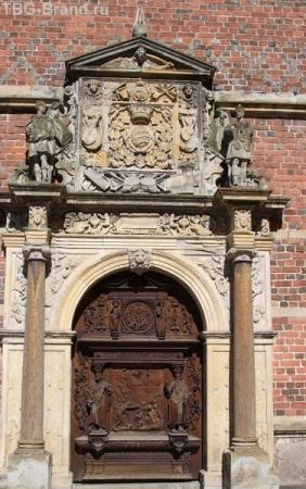 Ворота из дерева в королевском замке