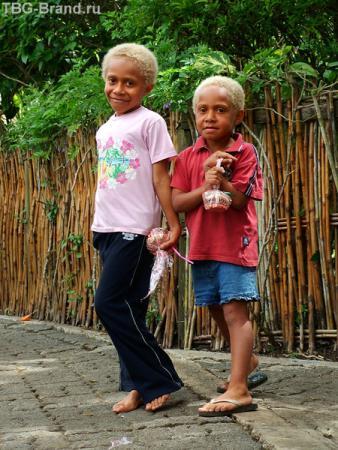 А это еще две девчонки-блондинки. Интересно, знают они русский язык?