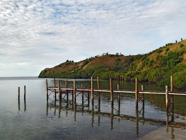 Маданг, один из крупнейших городов Папуа, необыкновенно красивое место, много зелени, побережье с чистейшей, лазурного цвета, водой, белоснежным песком, чудесными лагунами.