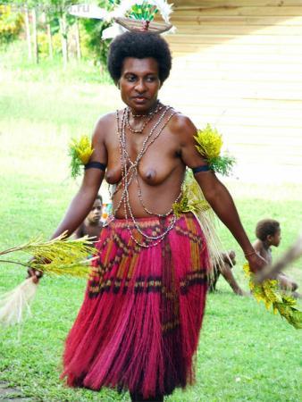 «Калинка-малинка». Другой танец с участием женщин, тоже одетых в соломенные юбки и обнаженных до пояса