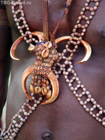 На вожде было особое украшение из большого количества ракушек и клыков, которое свидетельствует о богатстве племени, ведь кина – ракушка, традиционное платежное средство. Теперь кина – денежная единица в Папуа.