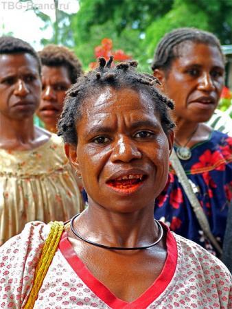 """Красный рот у дамы - это не макияж. Все папуасы жуют орехи, называемые """"битель"""". Зубной пасты и щеток у них нет. Эти орехи очищают и защищают от бактерий. А при длительном жевании вызывают галлюциногенный эффект."""