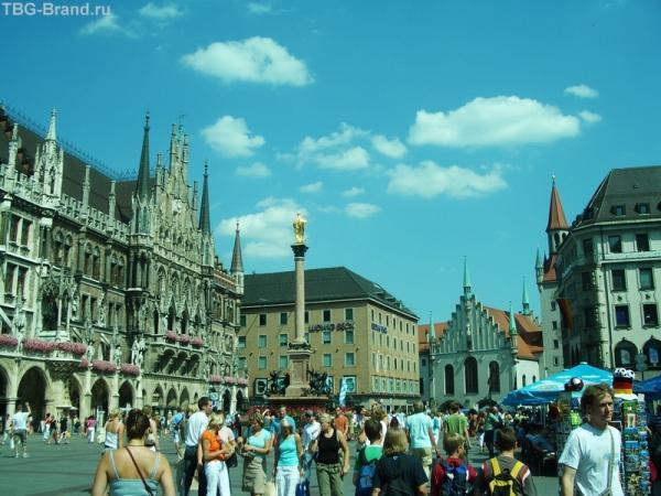 Слева на площади - это новая ратуша. Здание очень красивое, с ажурными арками. С башенками. Еще оно знаменито своими курантами, фигурками человечков танцующих. Очень завораживающе