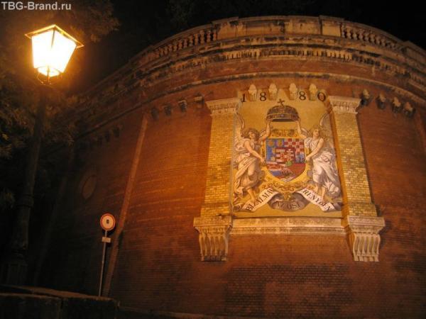 Будапешт. Герб Венгрии рядом с фуникулером