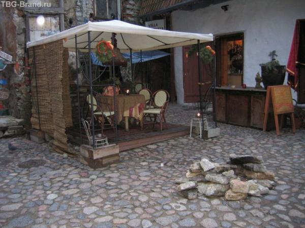 Эстония. Таллинн. Кафе в дворике мастеров